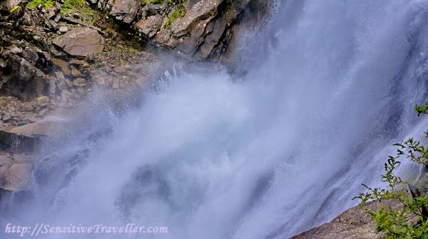 Ревущий поток водопада