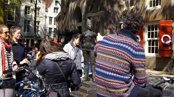 """Мини-памятник проститутке в квартале """"красных фонарей"""" (Амстердам)"""