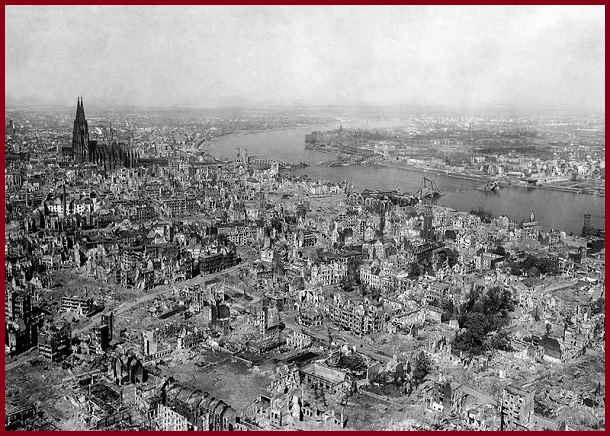 На фотографии 1945 года хорошо виден Кёльнский собор, который в отличие от других зданий мало пострадал от бомбардировок союзников.