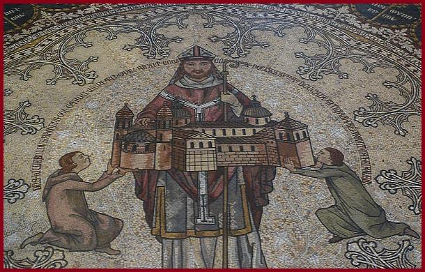 Тот самый фрагмент напольной мозаики, где изображён старый Кёльнский собор на руках у епископа