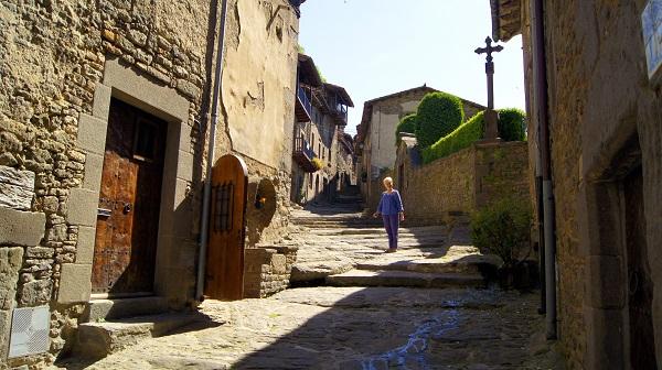 В верхнюю часть города ведут ступени, вырубленные в камне