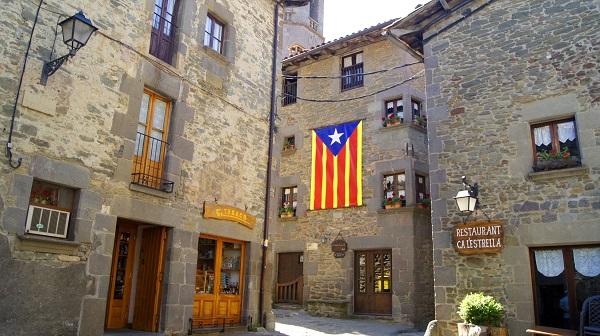 На первых этажах множество ресторанчиков, магазинчиков и сувенирных лавочек. (Рупит, Испания)
